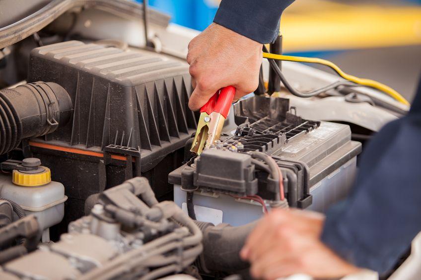 mão de mecânico mexenda em bateria de carro