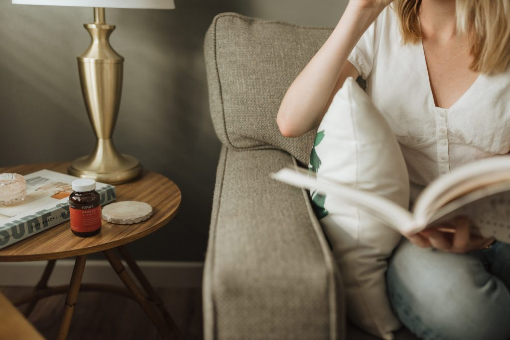 Imagem de uma mulher sentada lendo.