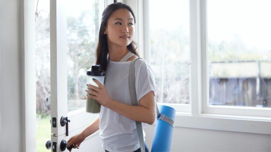 Imagem de uma mulher segurando uma coqueteleira.