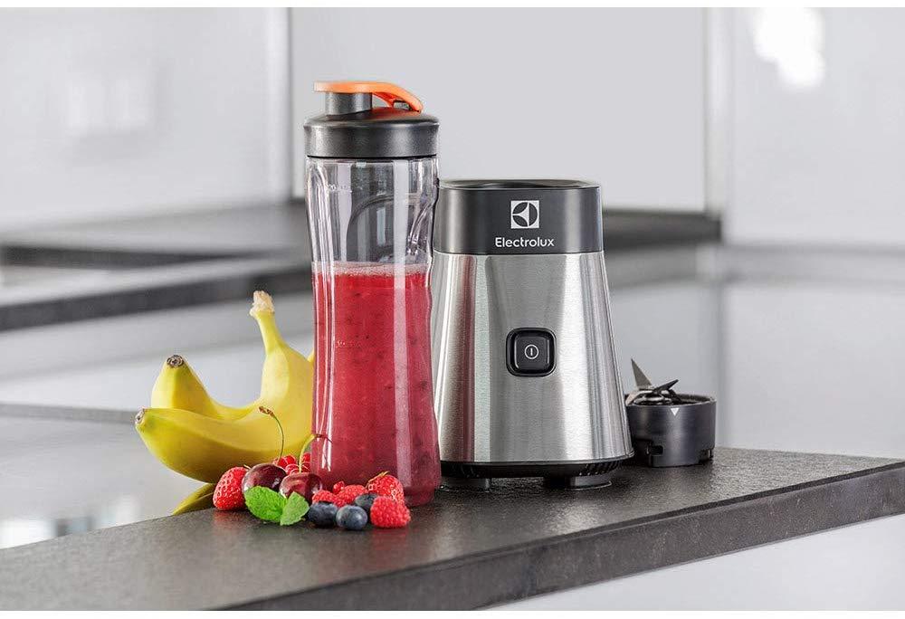 Imagem de um blender da Electrolux sobre bancada com jarra cheia e frutas ao redor.