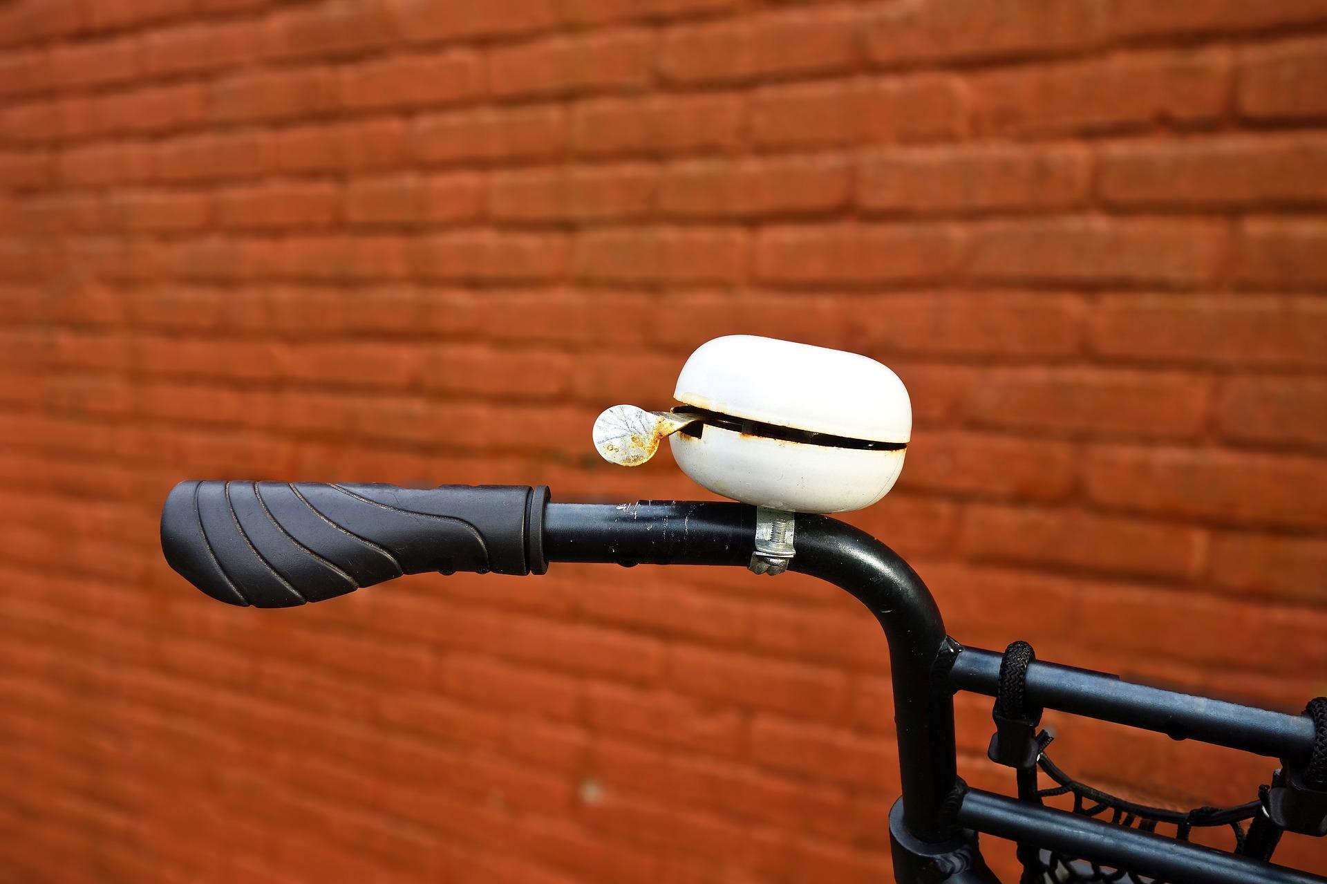 Imagem aproximada de buzina de bicicleta do tipo sino