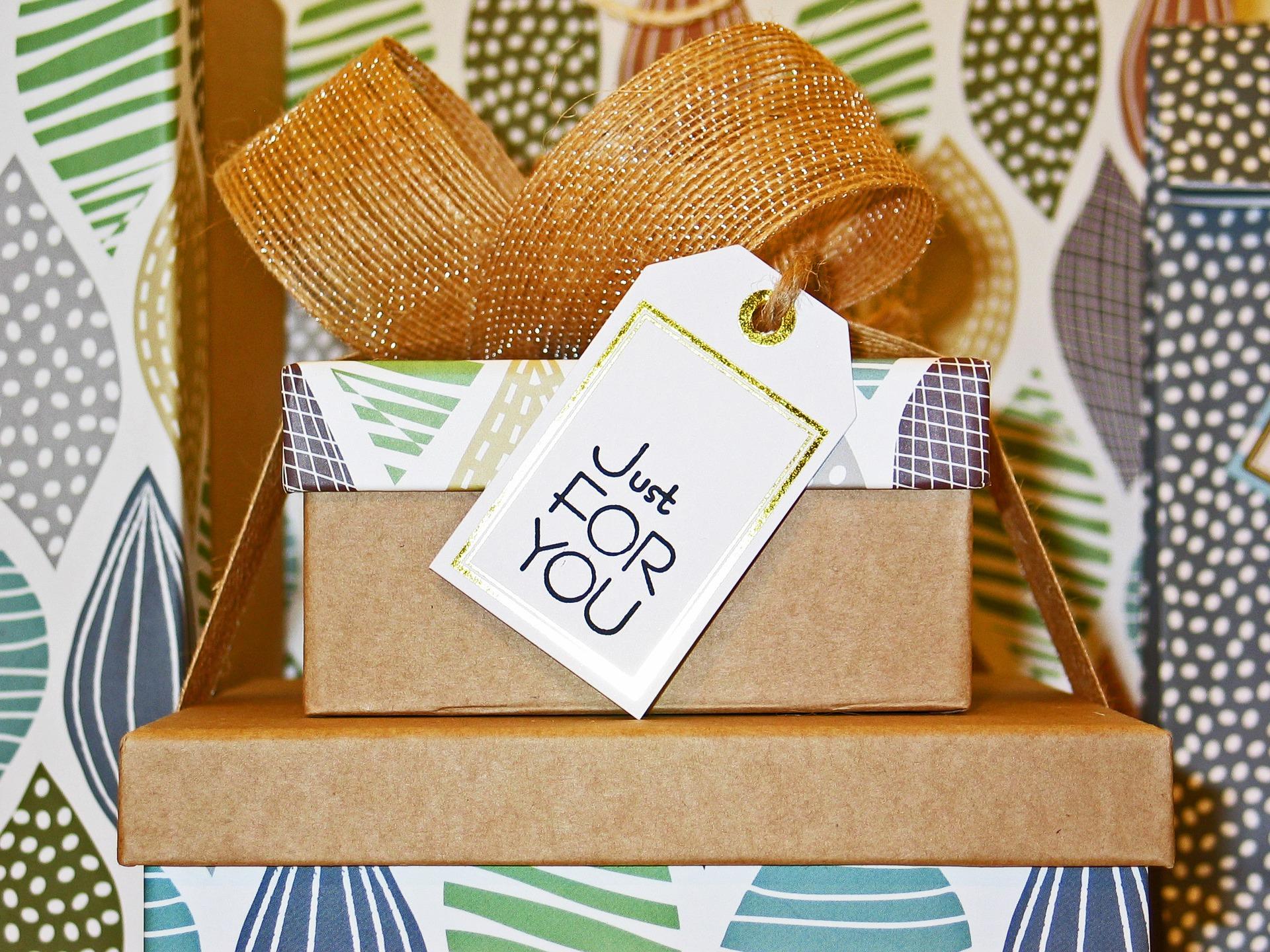 Na foto duas caixas de presente com um cartão.