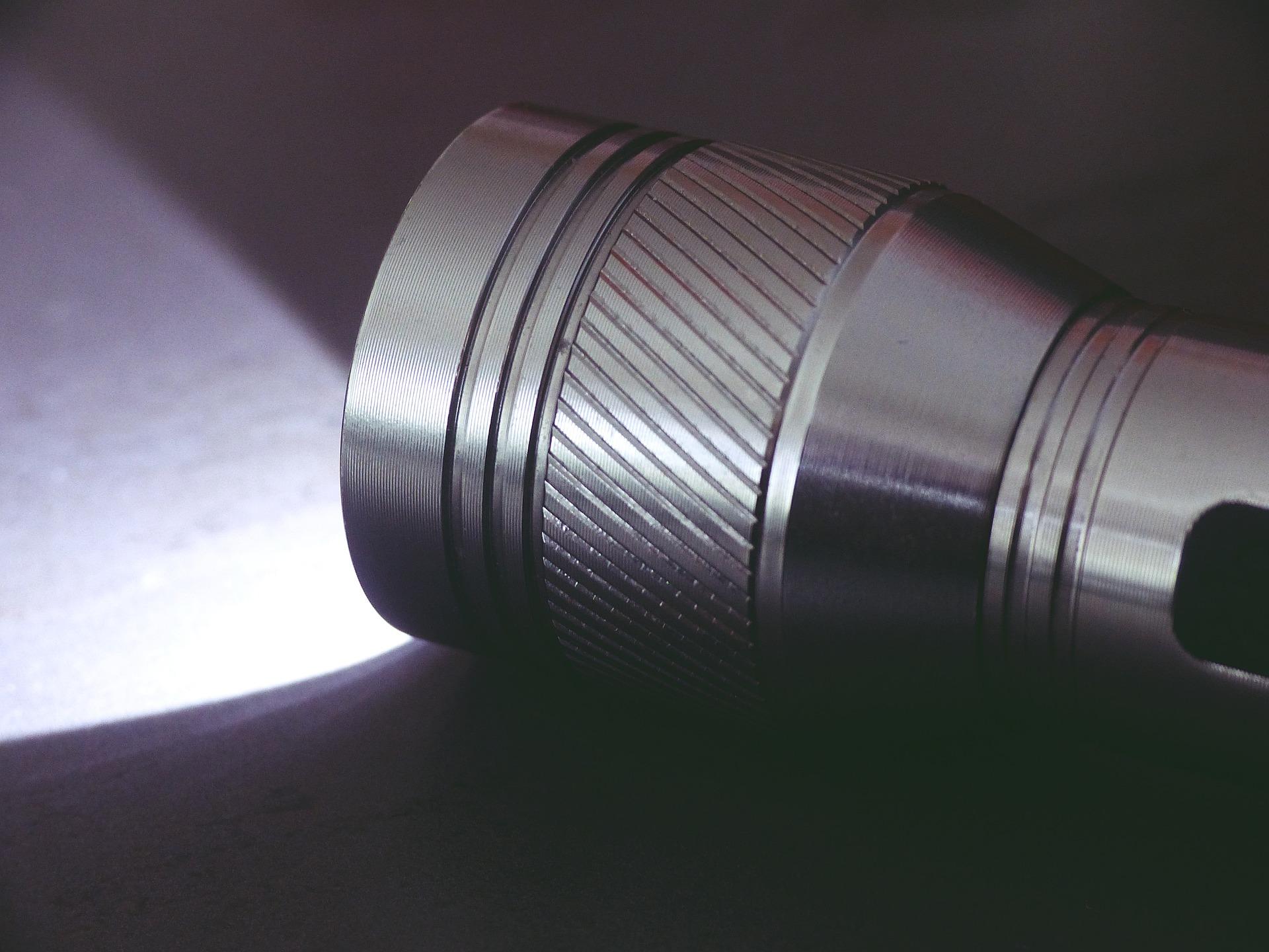 Imagem aproximada de lanterna metálica ligada