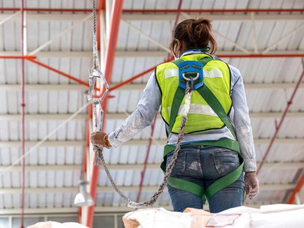 Imagem mostra uma pessoa usando um talabarte.