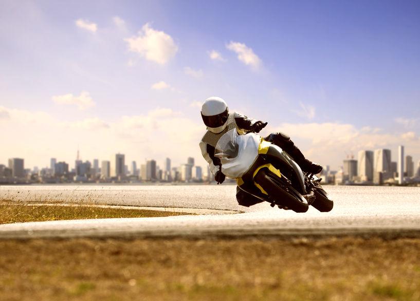 Um homem pilotando uma moto na cidade