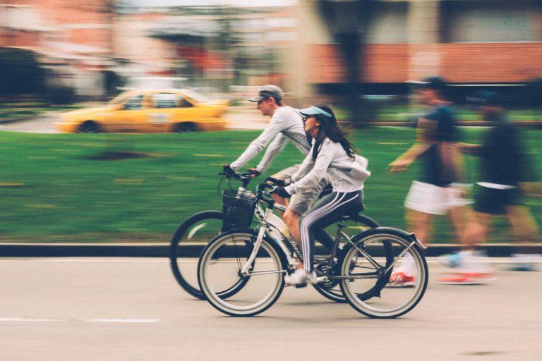 Homem e mulher pedalando.