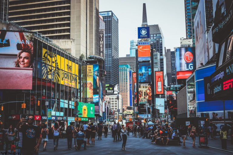 Pessoas andando na rua, em Nova York.