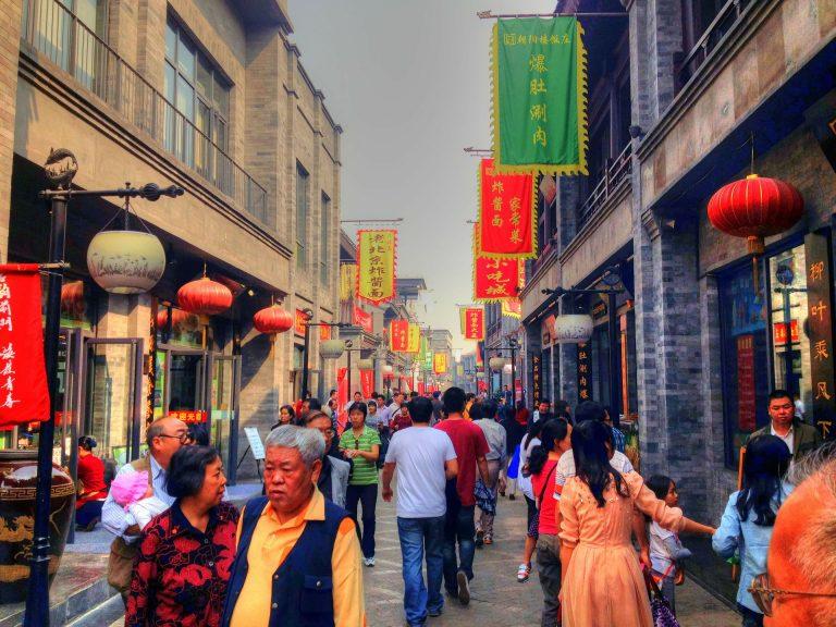 Pessoas caminhando na rua em Pequim, na China.