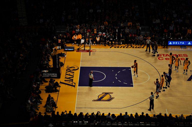 Imagem mostra o momento de um jogo da NBA, com um jogador do Los Angeles Lakers pronto para arremessar um lance livre.