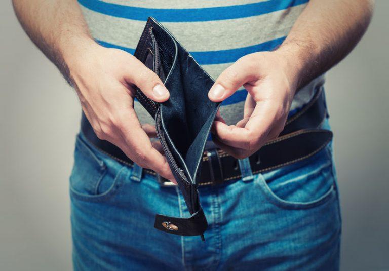 Imagem de uma carteira abarrotada de pertences