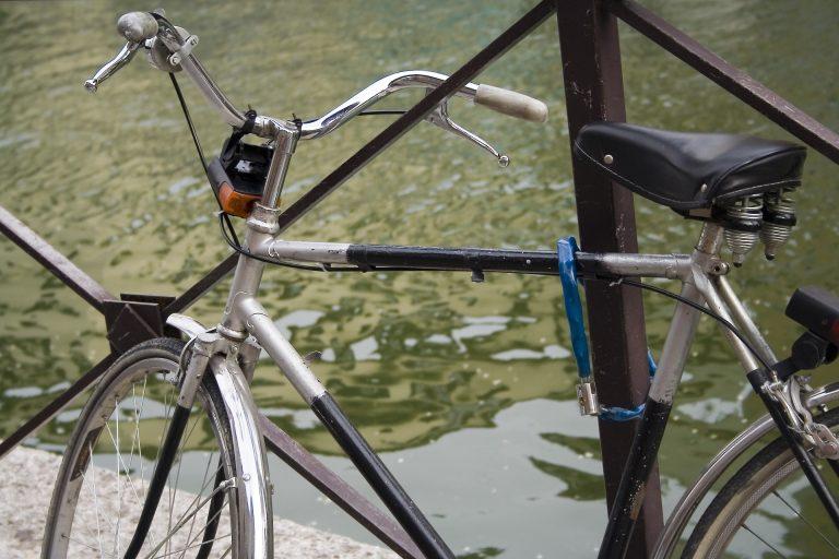 Bicicleta com cadeado.