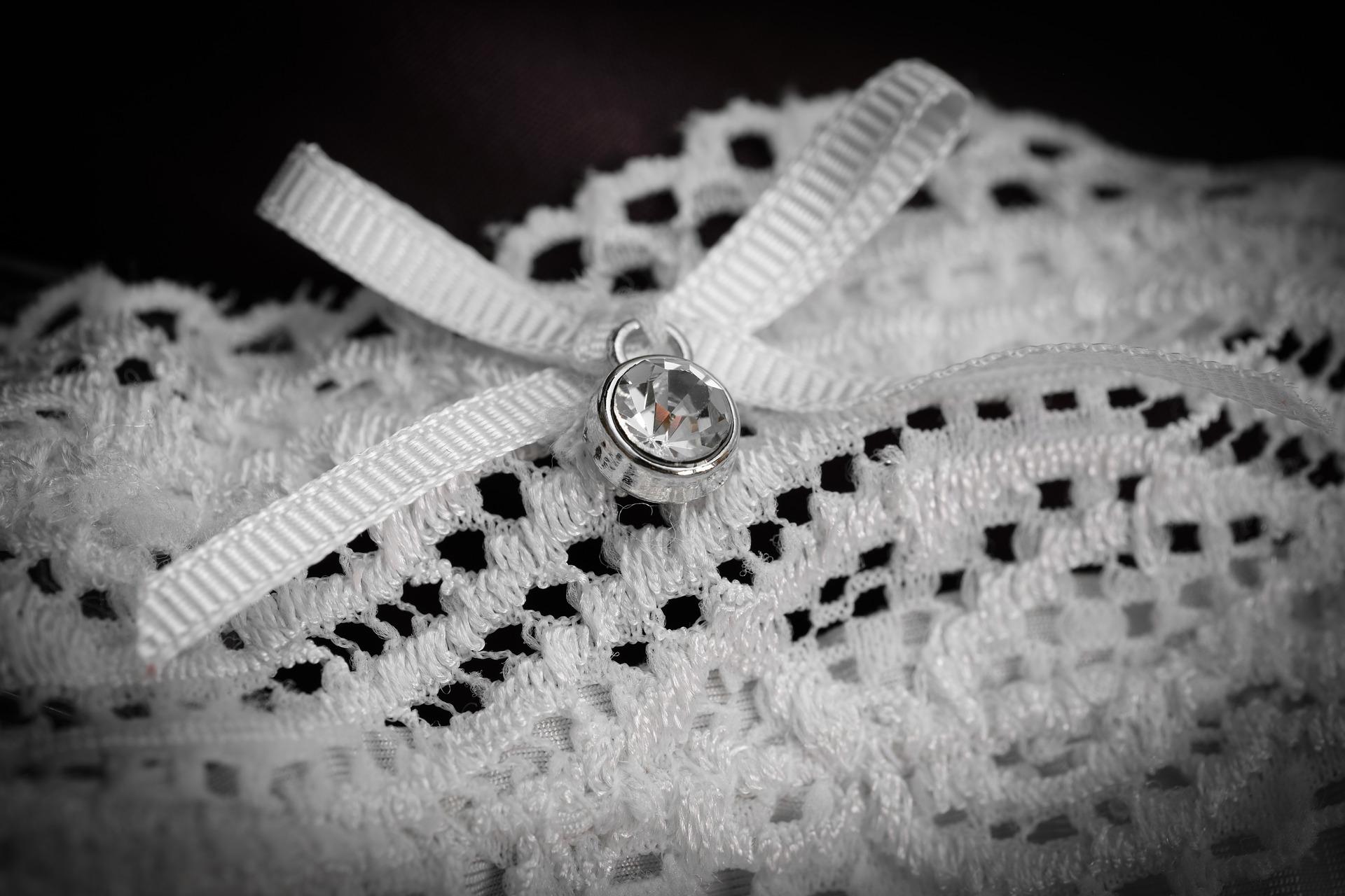 Imagem de calcinha branca rendada com detalhe em jóia