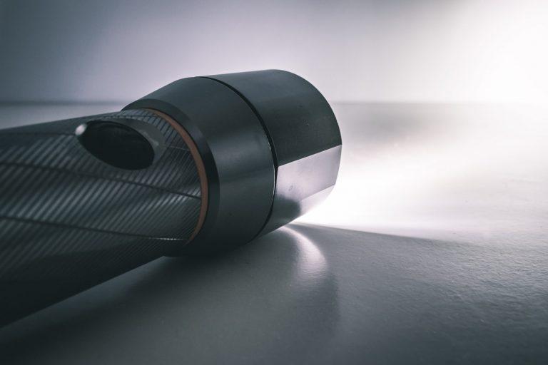 Imagem de lanterna acesa sobre bancada