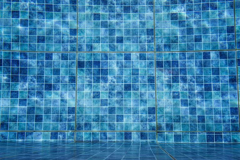 Imagem mostra em detalhes uma piscina vazia e sua pintura.