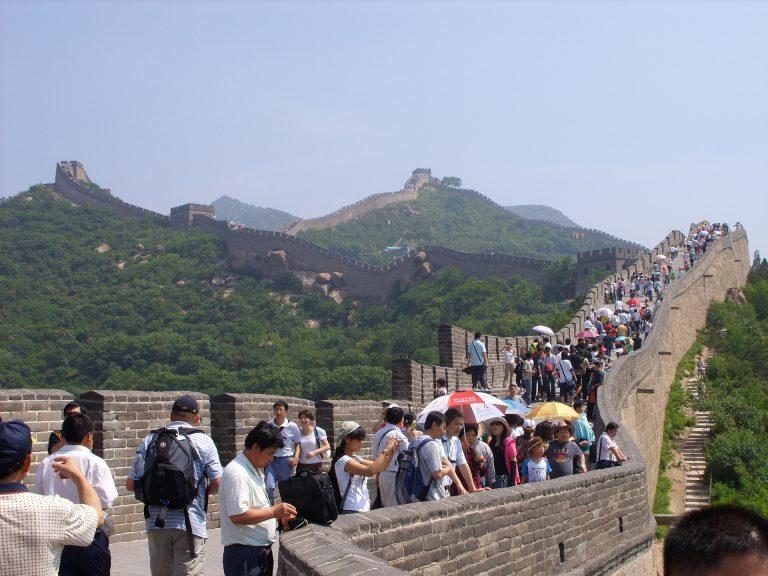 Pessoas andando nas Muralhas da China.