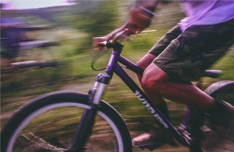 Homem pedalando em alta velocidade.