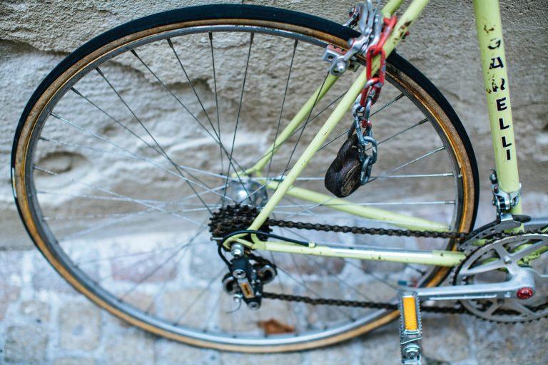 Imagem mostra uma foto de uma roda traseira de uma bicicleta, com uma pequena catraca instalada ao centro.