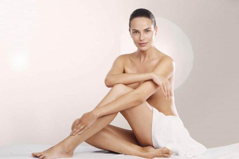 Mulher posando com toalha.