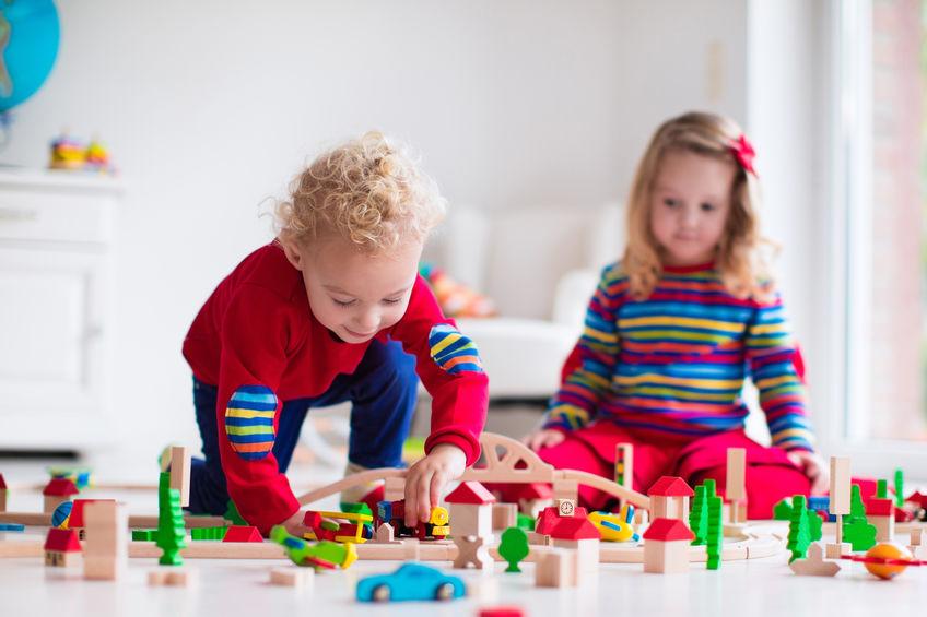 Duas crianças montando blocos.