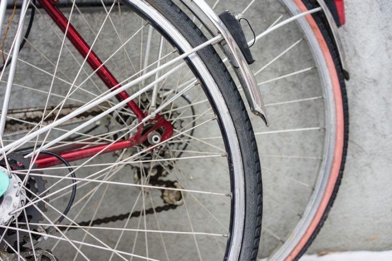 Imagem mostra as rodas traseiras de duas bicicletas sobrepostas, com o foco no aro da primeira roda.
