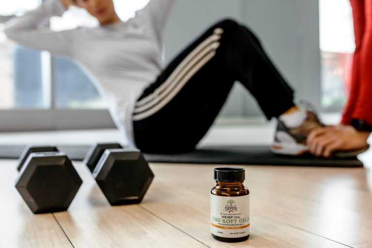 Imagem de uma mulher praticando exercícios físicos.