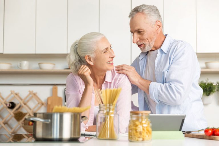 Casal de idosos na cozinha