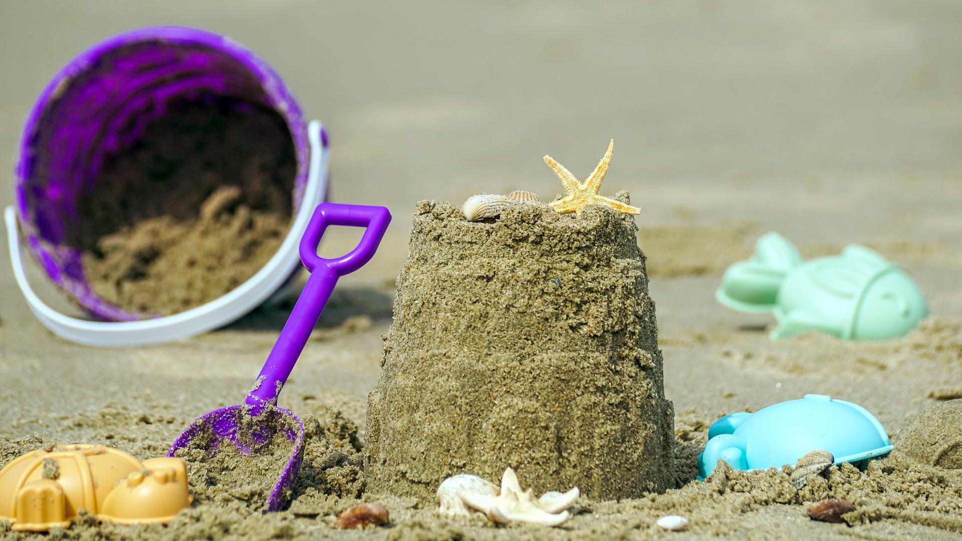 Imagem de brinquedos de praia coloridos de plástico