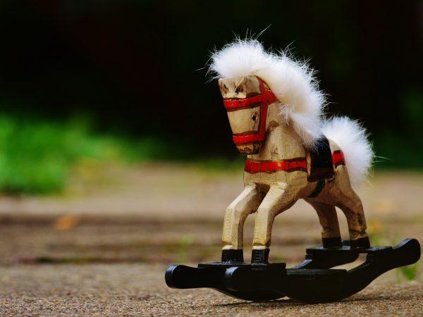 Imagem de cavalo de brinquedo feito de madeira