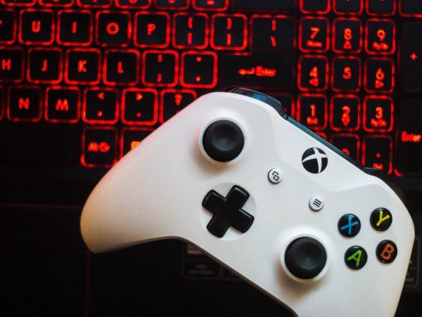 Imagem de controle de Xbox junto com teclado iluminado
