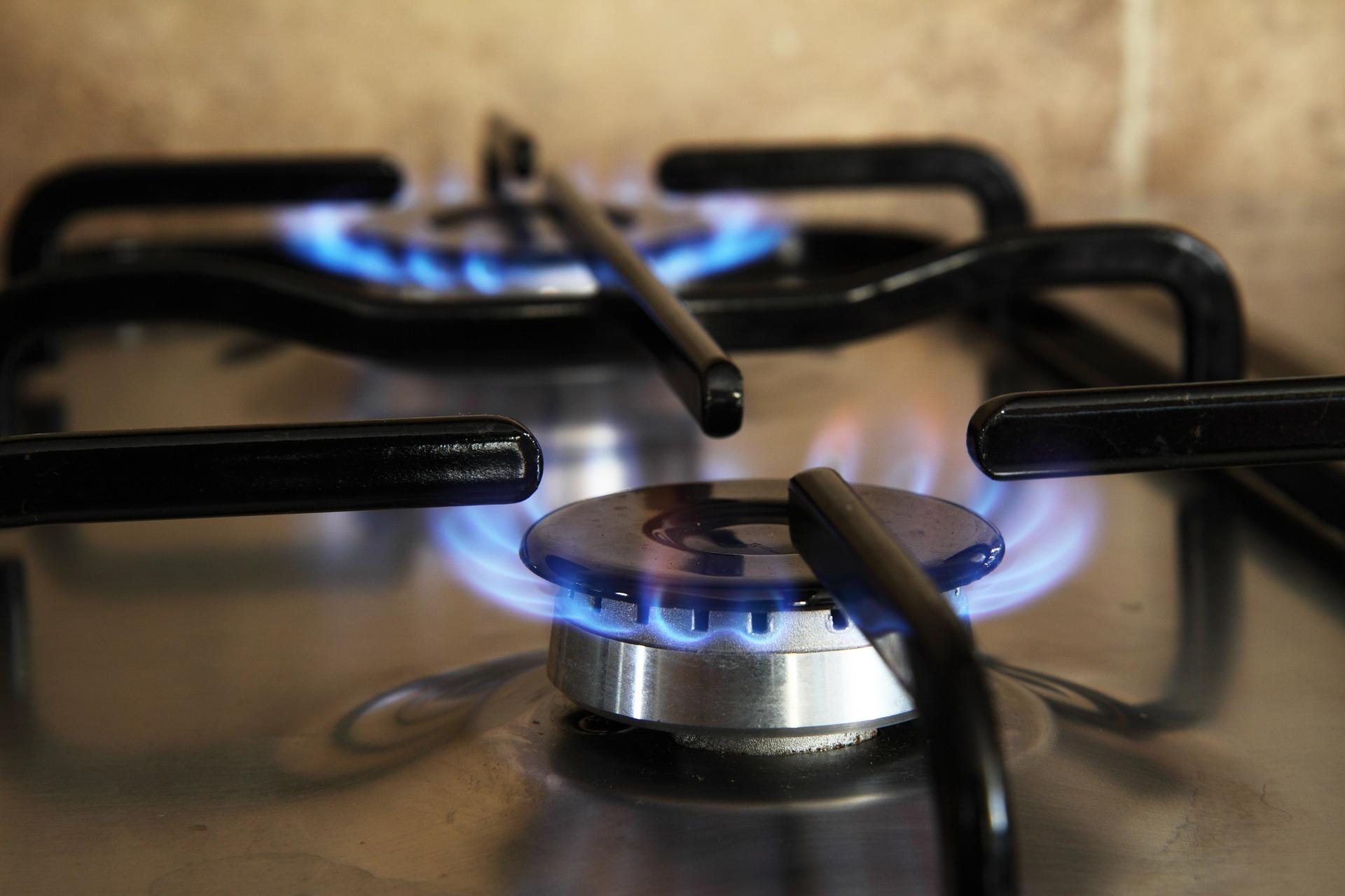 Imagem de fogão a gás com duas bocas acesas