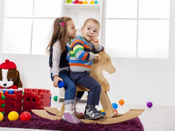 Imagem de duas crianças brincando de gangorra.