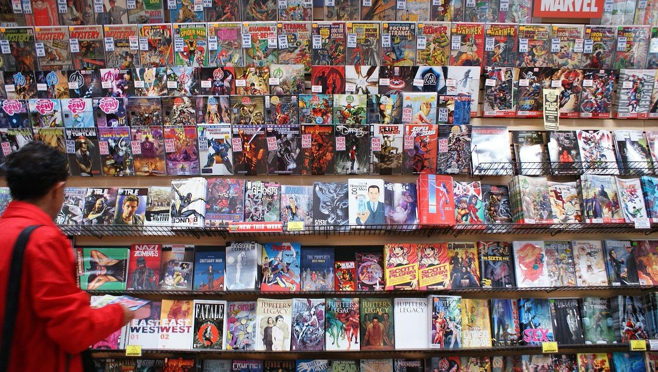 Rapaz admirando estante cheia de revistas em quadrinhos em uma loja