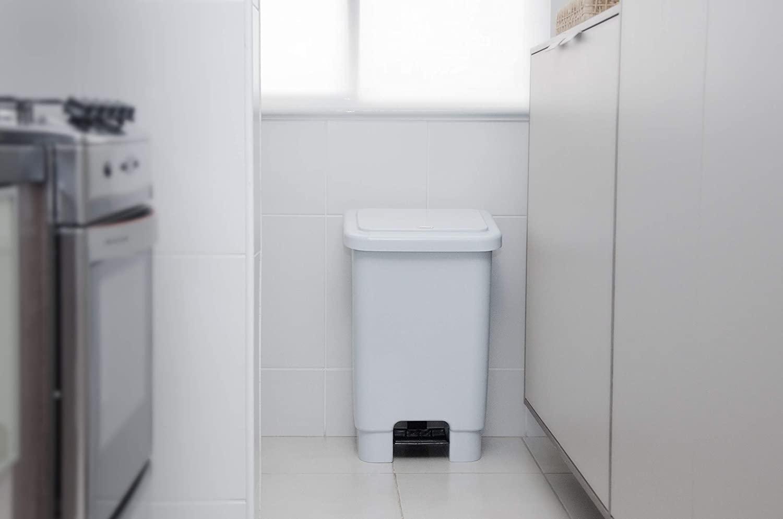 Imagem de lixeira de cozinha branca de plástico com pedal