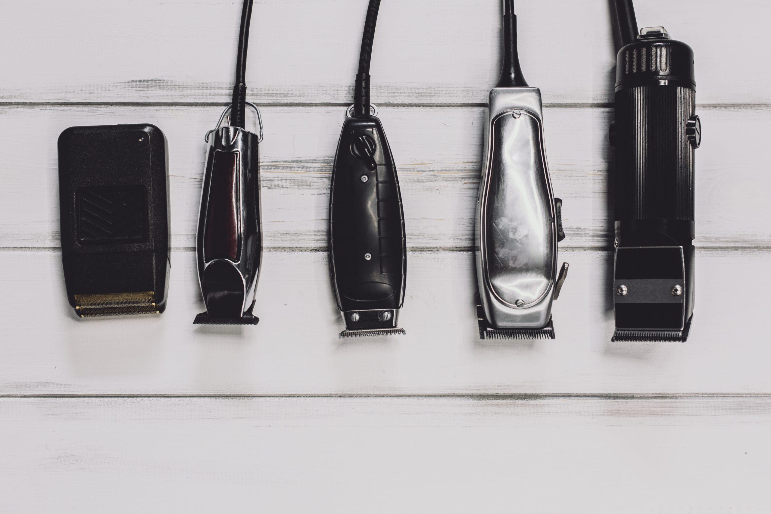 Imagem com diferentes máquinas de barbear