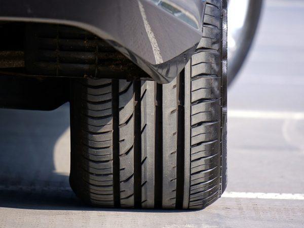 Imagem mostra um pneu de um automóvel.