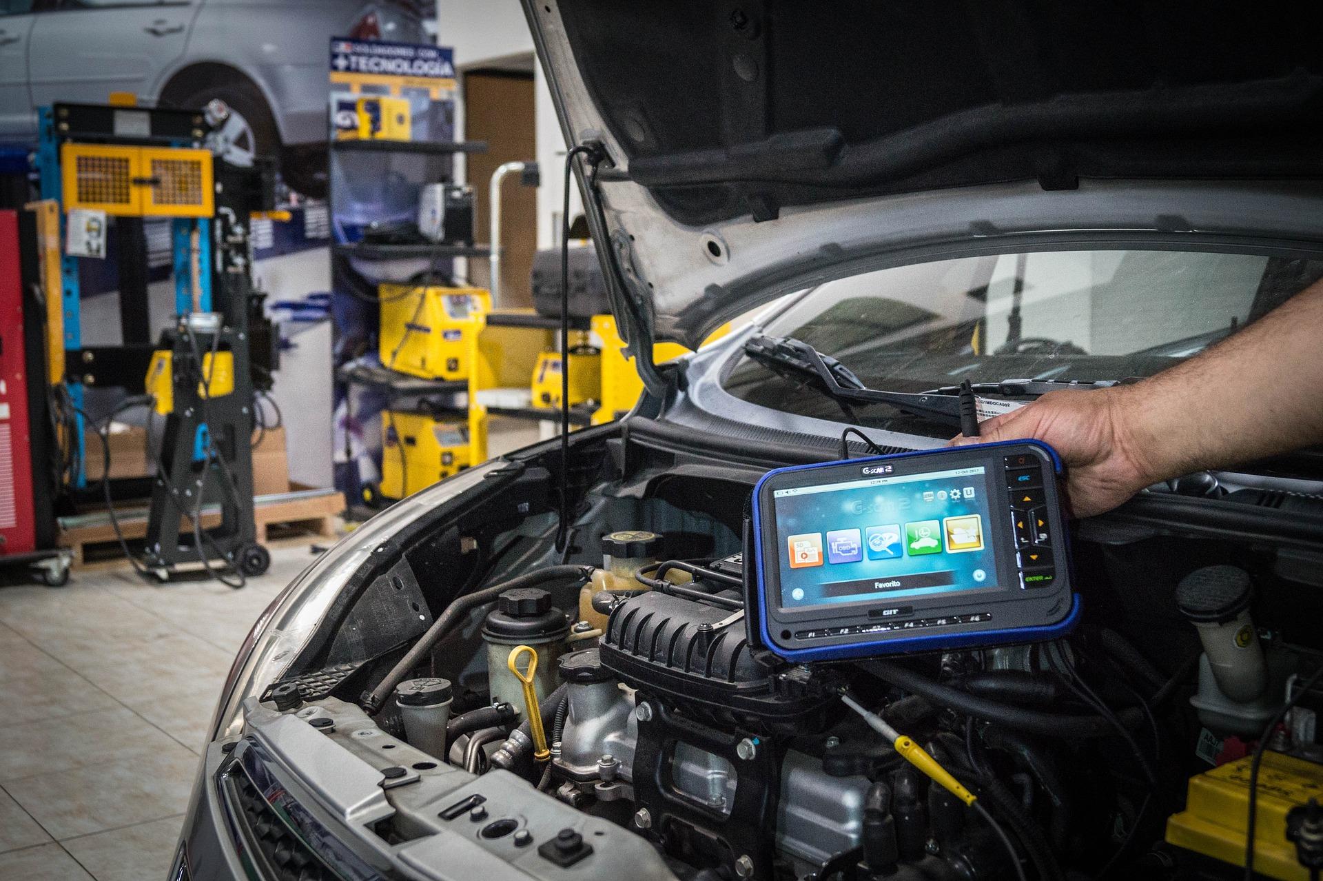 Imagem mostra um scanner automotivo conectado a um automóvel.