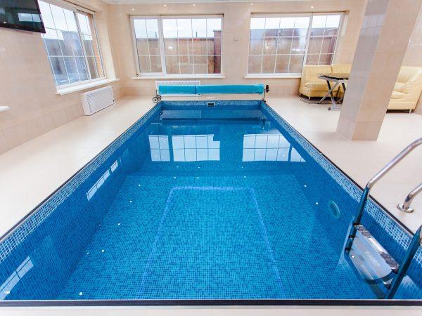 Imagem de piscina com capa retrátil