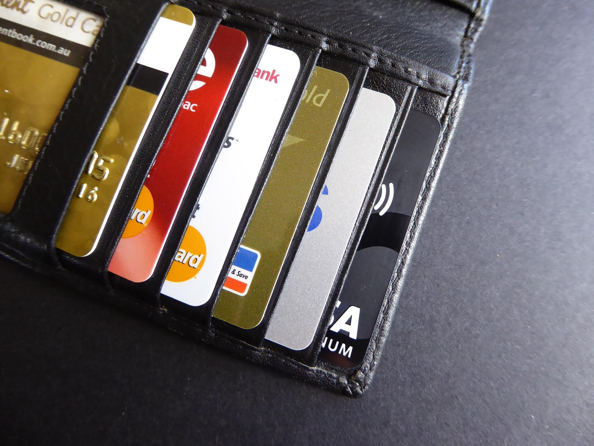 Carteira com cartões de crédito.
