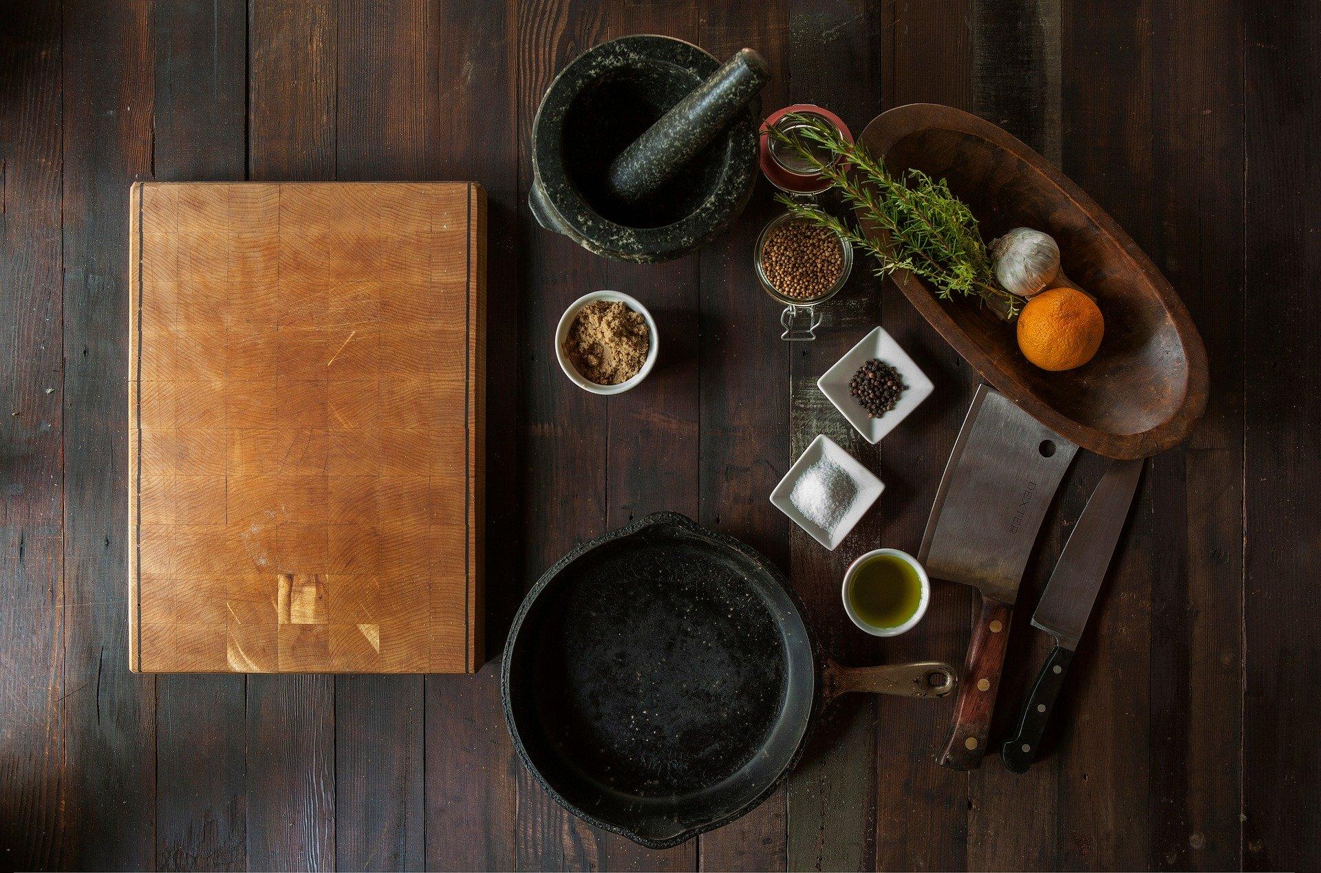 Cutelo em meio a outros utensílios e ingredientes de cozinha