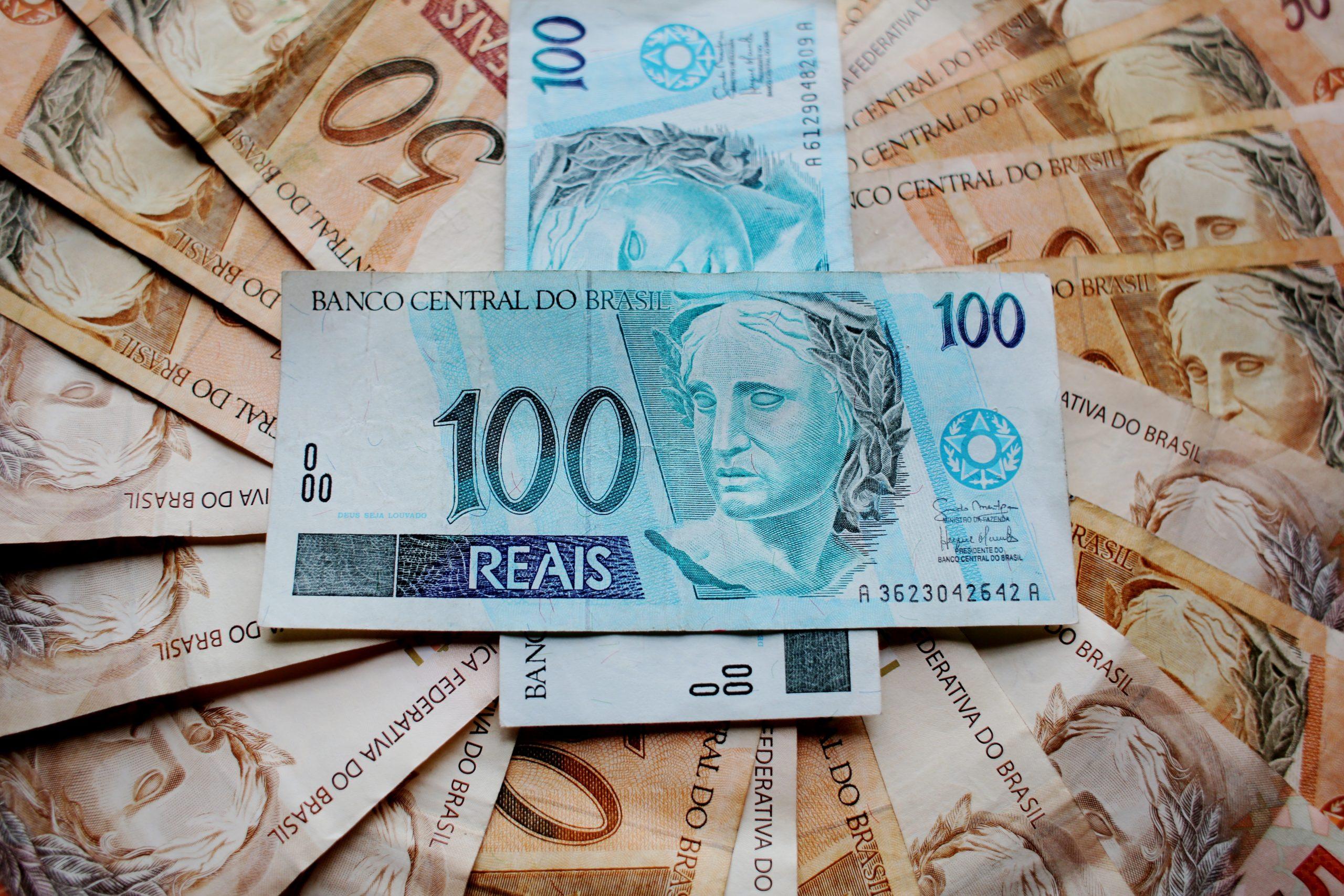 Notas de R$100 e de R$50.