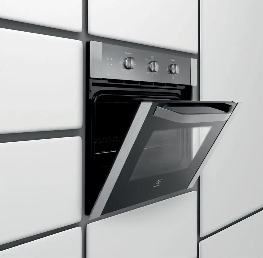 Imagem de forno elétrico Electrolux de embutir com tampa aberta