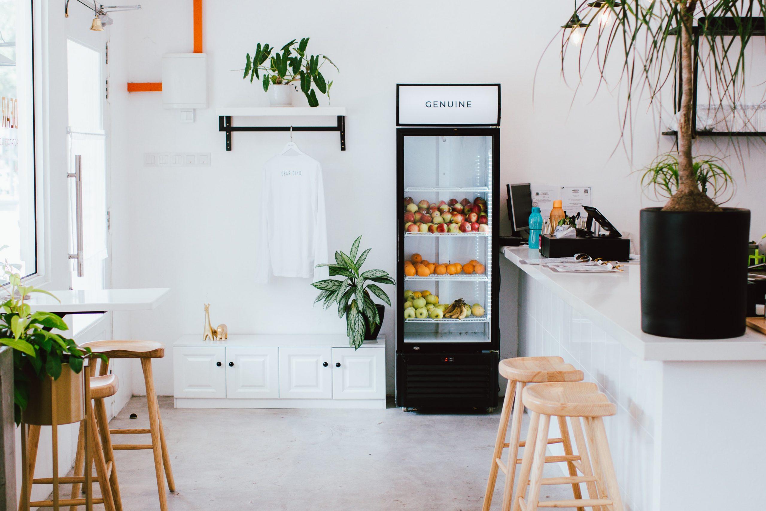 Na foto uma lanchonete com uma geladeira expositora repleta de frutas.