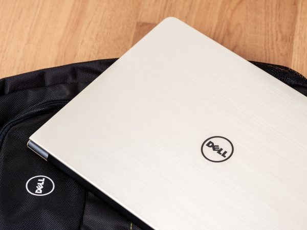 Notebook Dell e mochila.