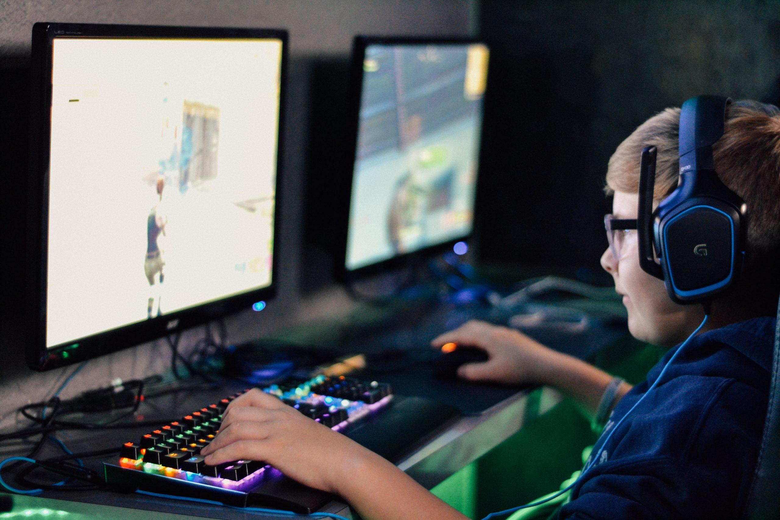 Imagem de criança jogando em um setup gamer