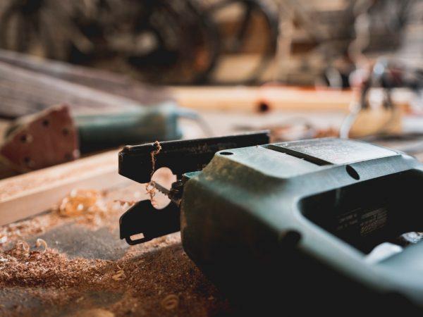 Imagem mostra uma serra tico tico deitada em detalhe.