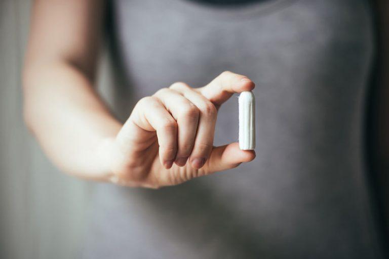 Imagem de mulher segurando um absorvente interno