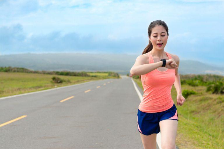 Imagem de uma mulher correndo.