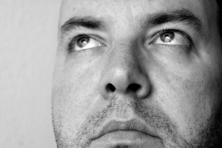 Imagem mostra a face de um homem em close-up.