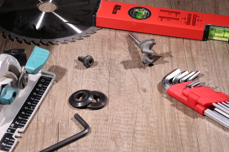 Imagem de bancada com diversos acessórios para serra circular