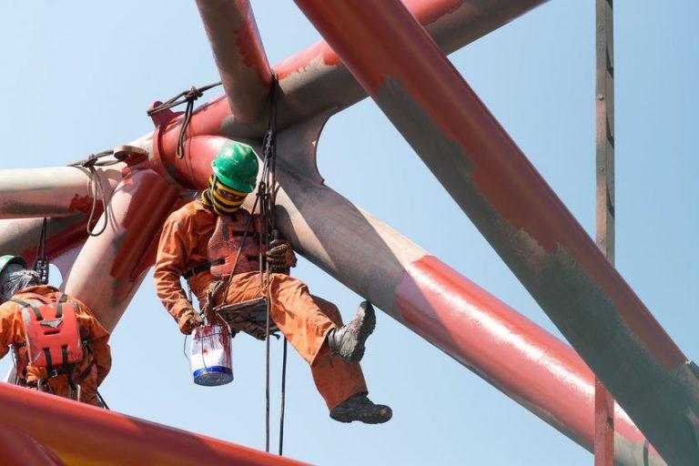 Imagem mostra uma pessoa executando um trabalho em suspensão.